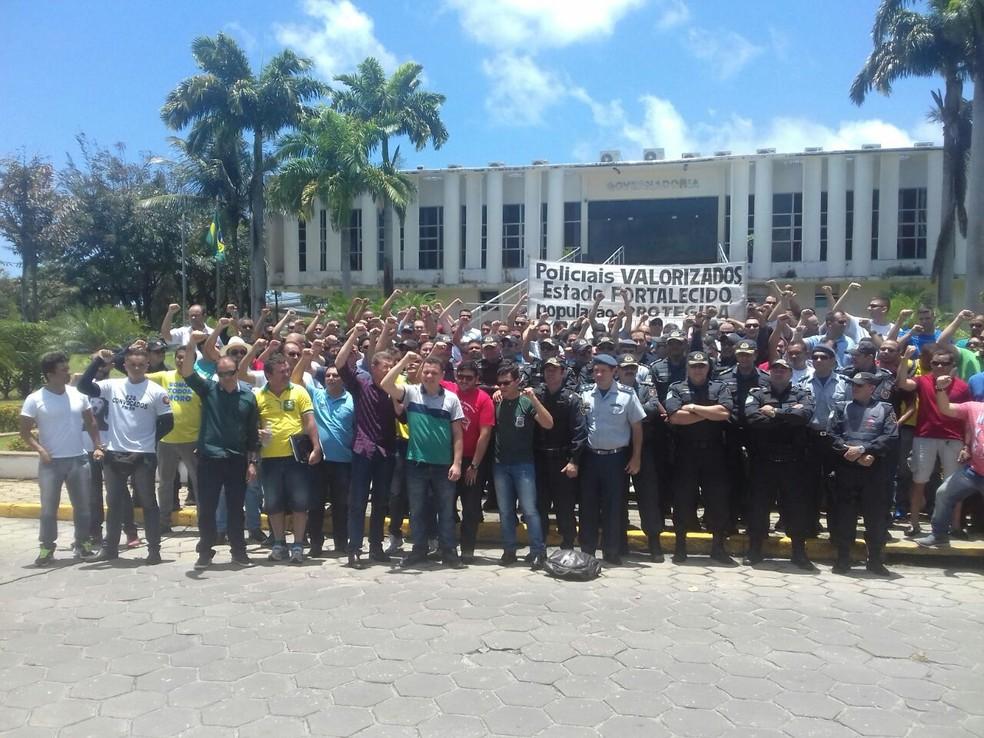 Praças e oficiais do Rio Grande do Norte fazem protesto em frente à governadoria  (Foto: Divulgação/ Associação de suboficiais da PM)