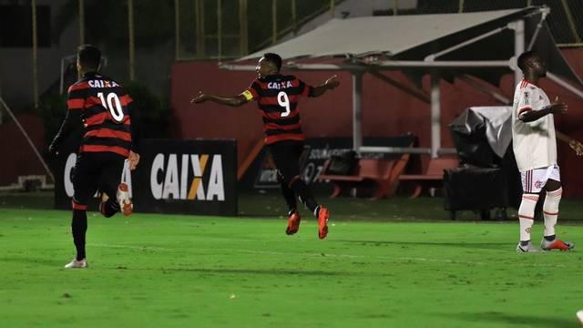 Capitão Eron marcou três na goleada sobre o Flamengo