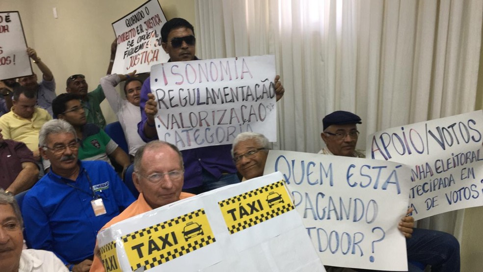 Taxistas também se manifestaram na galeria — Foto: Heloísa Guimarães/Inter TV Cabugi