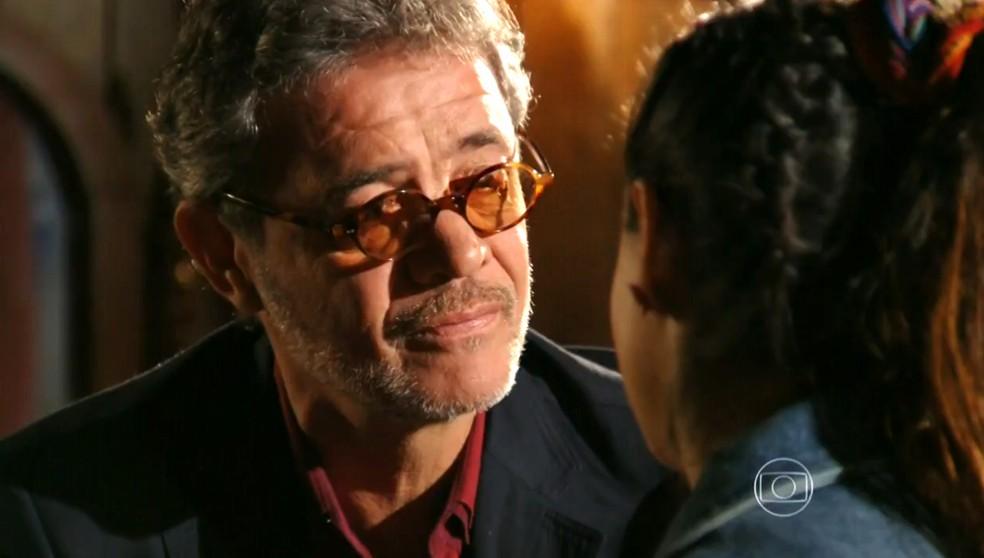 Duque (Jean Pierre Noher) se desculpa com Amaralina (Sthefany Brito) por demorado a procurá-la como avô - 'Flor do Caribe' — Foto: Globo