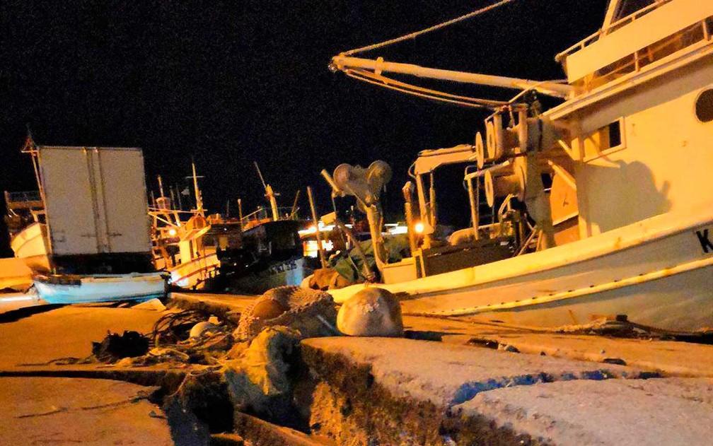 Danos nas docas do porto da ilha de Zakynthos — Foto: imerazante.gr / via AP