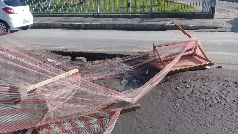 Rompimento de adutora interditou parte da pista na Avenida Luiz Tarquínio  — Foto: Cid Vaz/TV Bahia