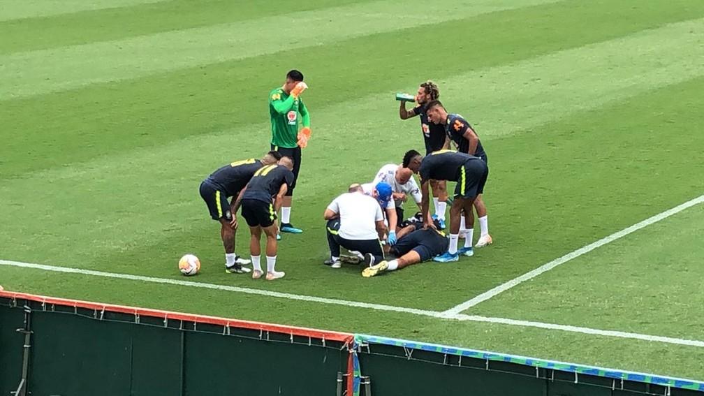 Walce é atendio pelos médicos da Seleção, logo após se lesionar — Foto: Raphael Zarko