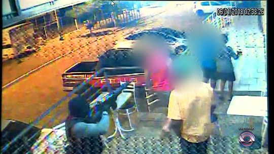 Imagens mostram criminoso com fuzil ameaçando pessoas durante ataque a bancos em Butiá