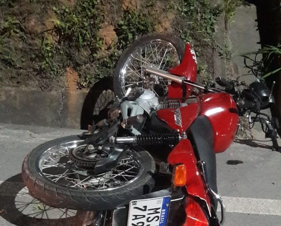 Moto onde estava o casal ficou ao lado da pista, na Rodovia do Contorno — Foto: VC no ES1
