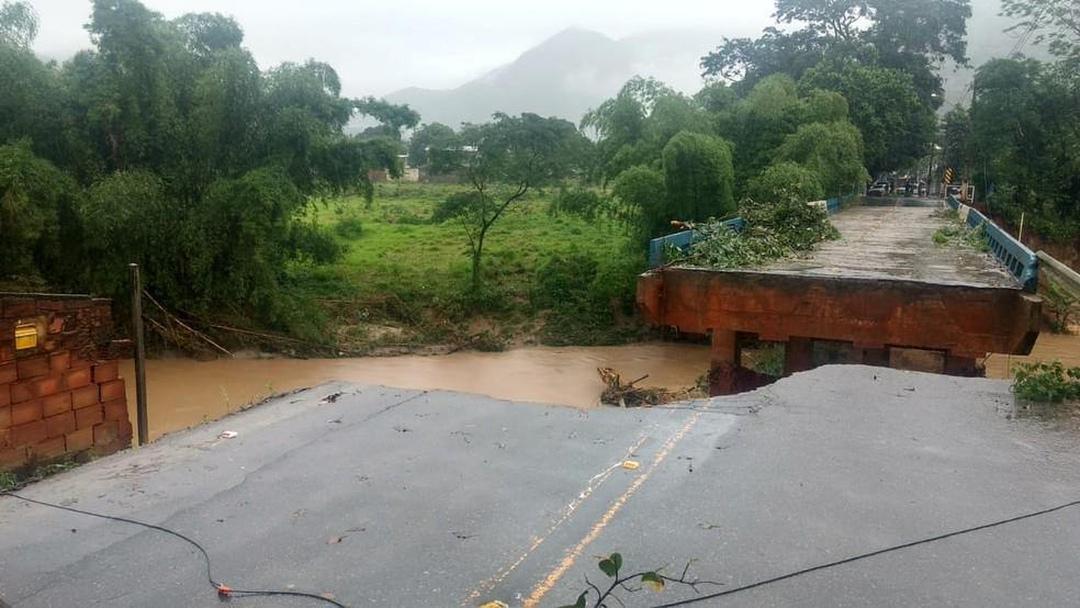 Parte da ponte em Trapiche, distrito de Macaé, RJ, desaba nesta quinta-feira (8) — Foto: Paulo Henrique Cardoso/Inter TV RJ