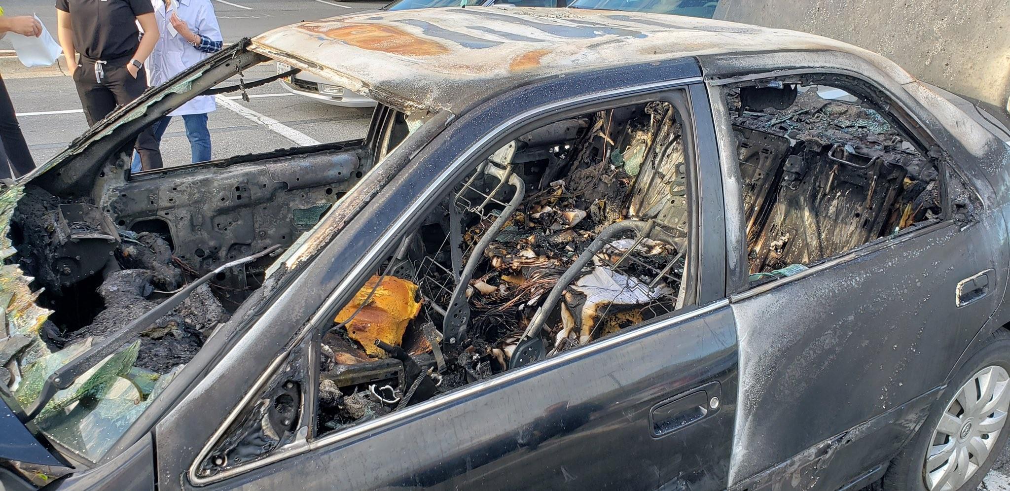 Motorista acende cigarro depois de passar álcool em gel nas mãos e carro pega fogo (Foto: Reprodução/Twitter)