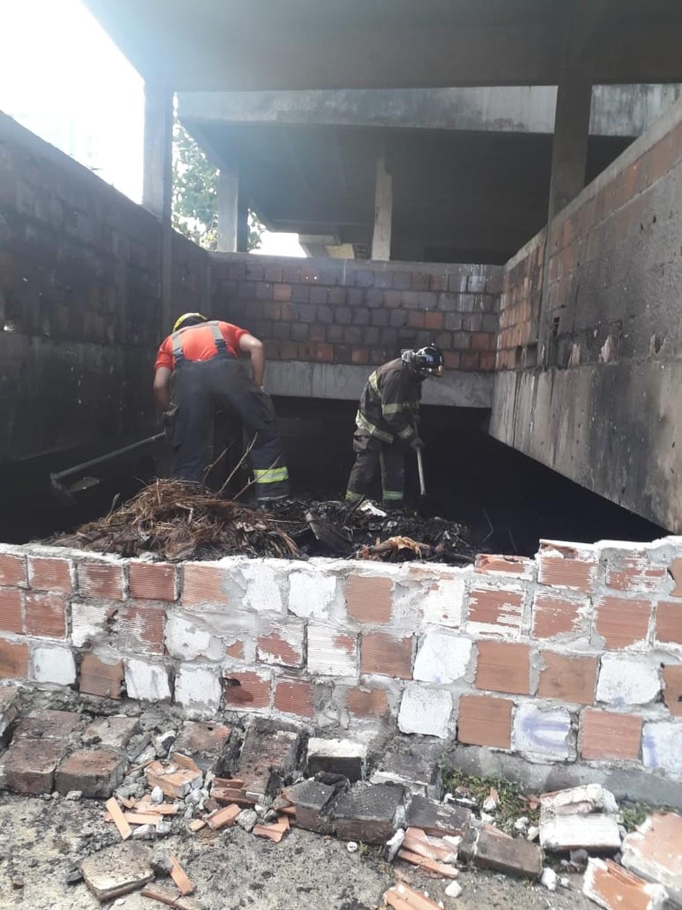 Bombeiros foram acionados para apagar fogo que atingiu entulho de subsolo de prédio abandonado em Mangabeiras, Maceió, AL — Foto: Ascom/CBMAL