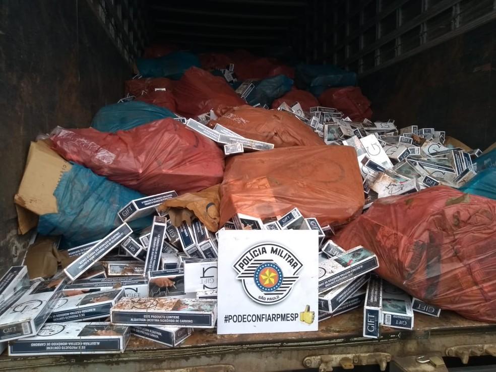 Polícia Rodoviária apreende mais de 500 mil maços de cigarros em Avaré — Foto: Divulgação/PM Rodoviária