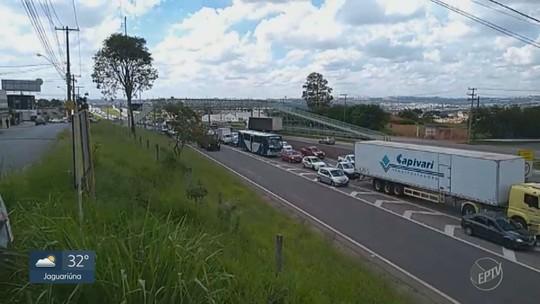 Veículo pega fogo na Rodovia Santos Dumont, em Campinas; veja vídeo