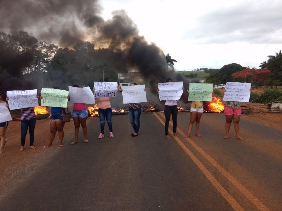 Manifestantes carregavam cartazes e pediam melhorias nas penitenciárias (Foto: Clique F5)