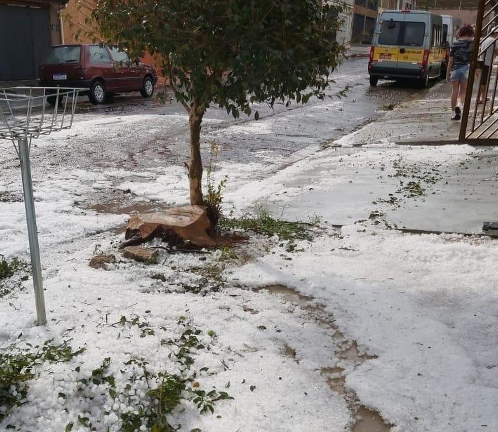 Rua ficou coberta de gelo em Jundiaí — Foto: Arquivo Pessoal/Tatiana Nakamura