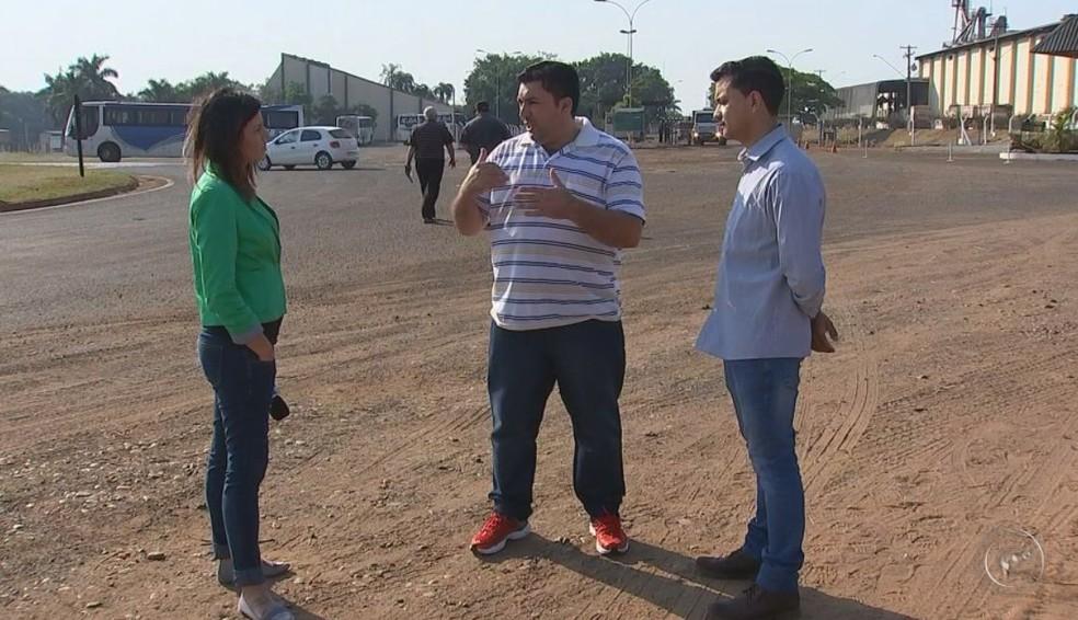Trabalhadores reclamam que a rescisão foi parcelada e não tem direito ao seguro  (Foto: Reprodução / TV TEM )
