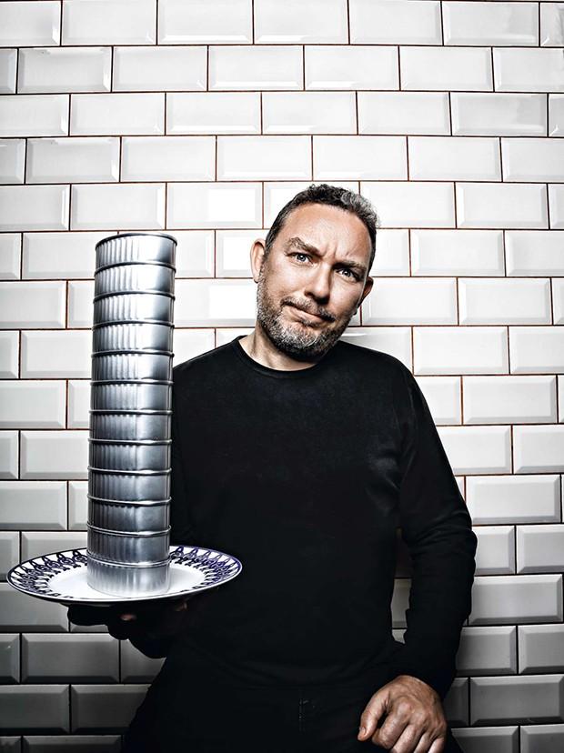 Albert con plato y latas formando torre (Foto: Pablo zamora)
