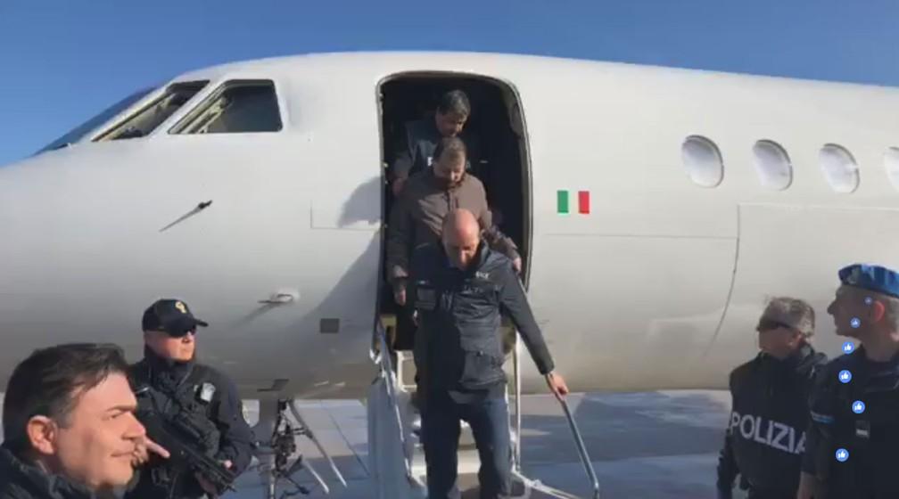 Cesare Battisti desce de avião ao chegar a Roma, na Itália nesta segunda-feira (14) — Foto: Reprodução/ Facebook Matteo Salvini