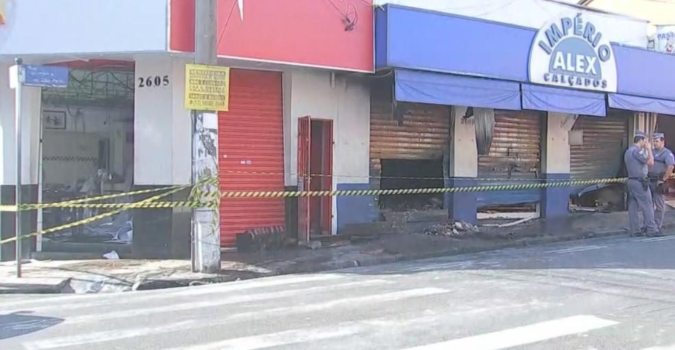 Incêndio atingiu duas lojas no centro de Rio Preto — Foto: Reprodução/TV TEM