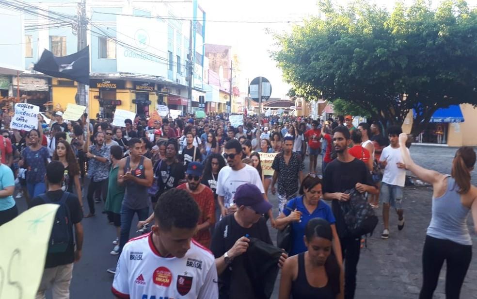 Aracaju - Manifestação contra cortes da educação — Foto: Anna Fontes/TV Sergipe