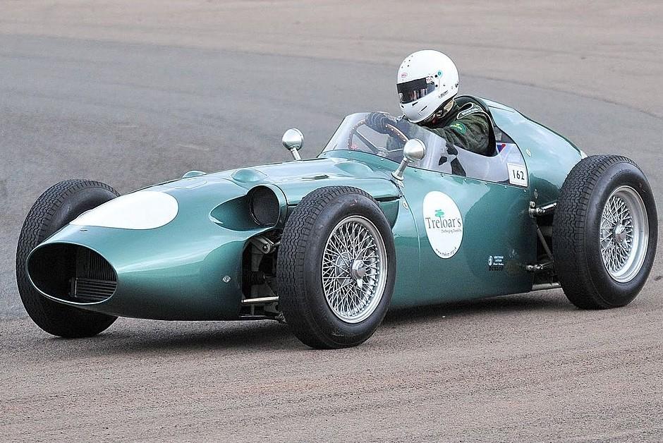Modelo Aston Martin DBR4, utilizado nas temporadas de 1959 e 1960 da Fórmula 1 (Foto: Wikimedia Commons)