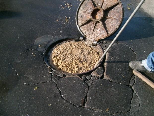 Acúmulo de gordura e resíduos sólidos estão entre as causas de obstrução do esgoto.  (Foto: Arquivo Cesan)