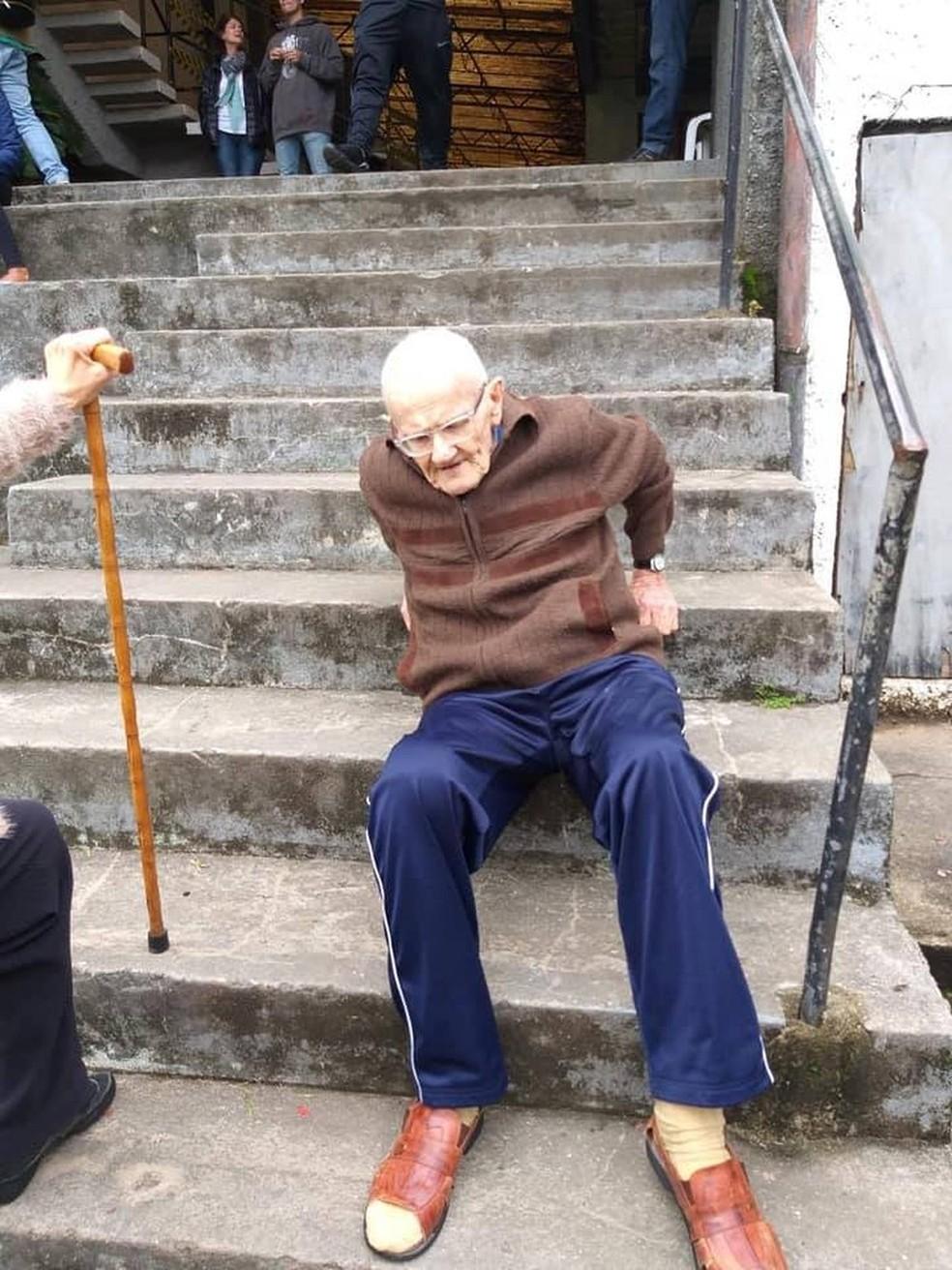 Philippe Guedon de Petrópolis, RJ, subiu as escadas sentado para votar no 1º turno das eleições  — Foto: Foto: Claudia Guédon / Arquivo Pessoal