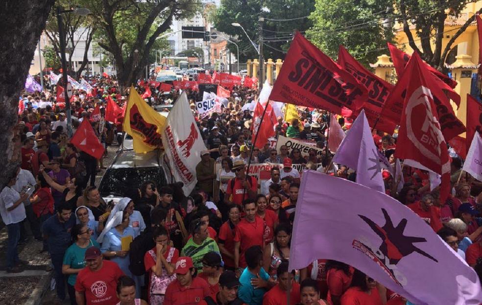 Segundo com a organização do evento a manifestação reúne cerca de 20 mil pessoas em Fortaleza (Foto: Jadson Santos e Jaqueline Lima)