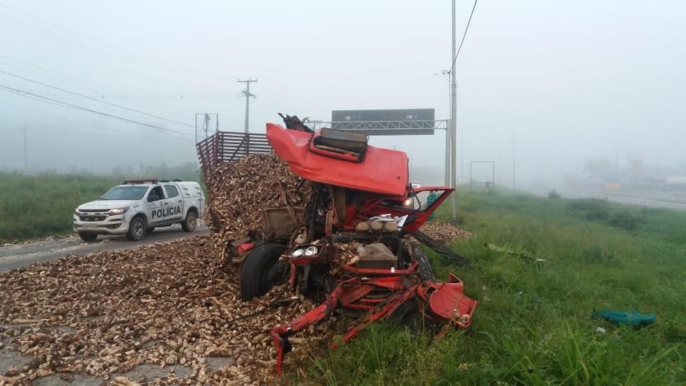 Motorista do caminhão sobreviveu após o acidente (Foto: PRF/Divulgação)