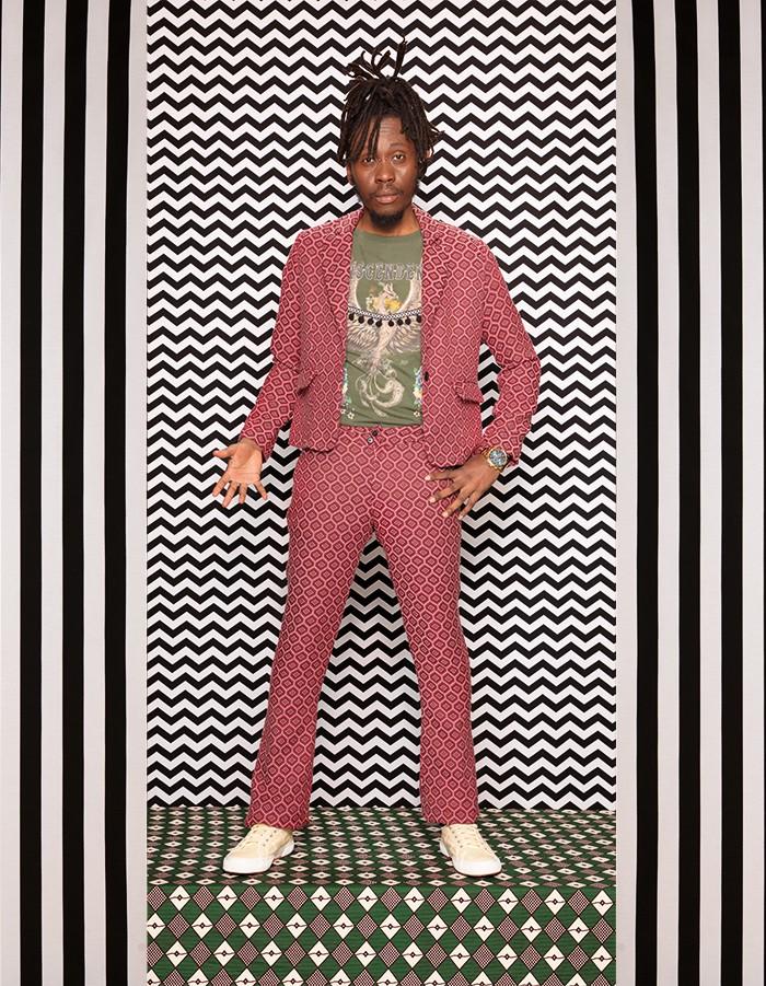 Machismo (Foto: Foto Dulia | Styling Farm (camiseta), Vitrine Criativa  (calça e blazer), Superga (tênis) | Produção May Tanferri)