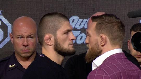 """McGregor """"atropela"""" Khabib em coletiva do UFC e dispara: """"Farei a cabeça dele quicar no chão"""""""
