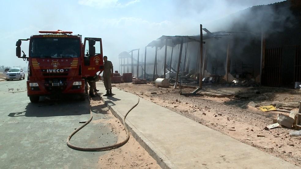 Setor administrativo dos condomínios construídos pelo 'Minha Casa, Minha Vida' também foi incendiado pela população — Foto: Reprodução/TV Mirante