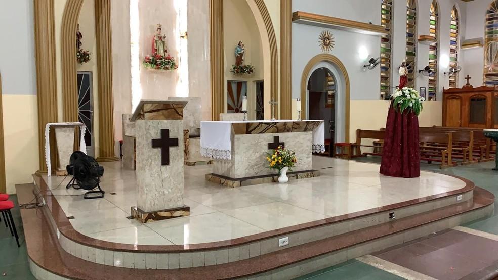 Ameaçando estar armado, suspeito foi até ao altar e danificou alguns objetos — Foto: Edson Freitas