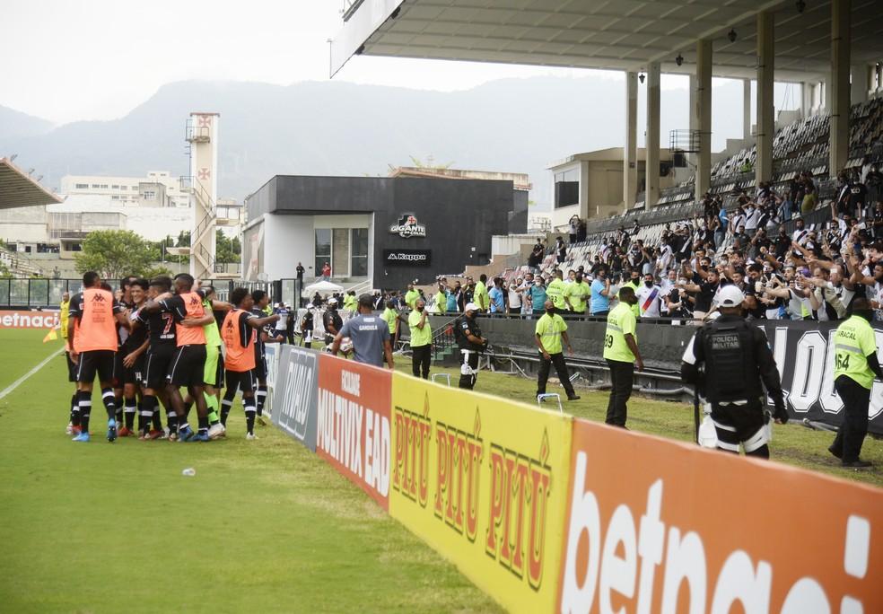 Jogadores comemoram com a torcida em Vasco x Cruzeiro — Foto: André Durão/ge