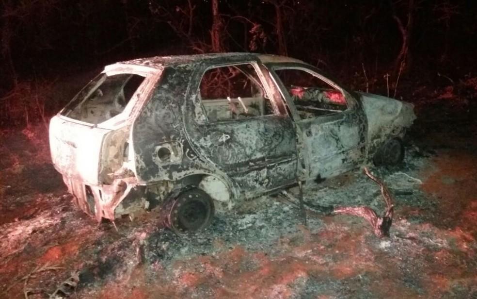 Corpo foi encontrado carbonizado dentro de carro queimado em Cidade Ocidental (Foto: Reprodução/TV Anhanguera)