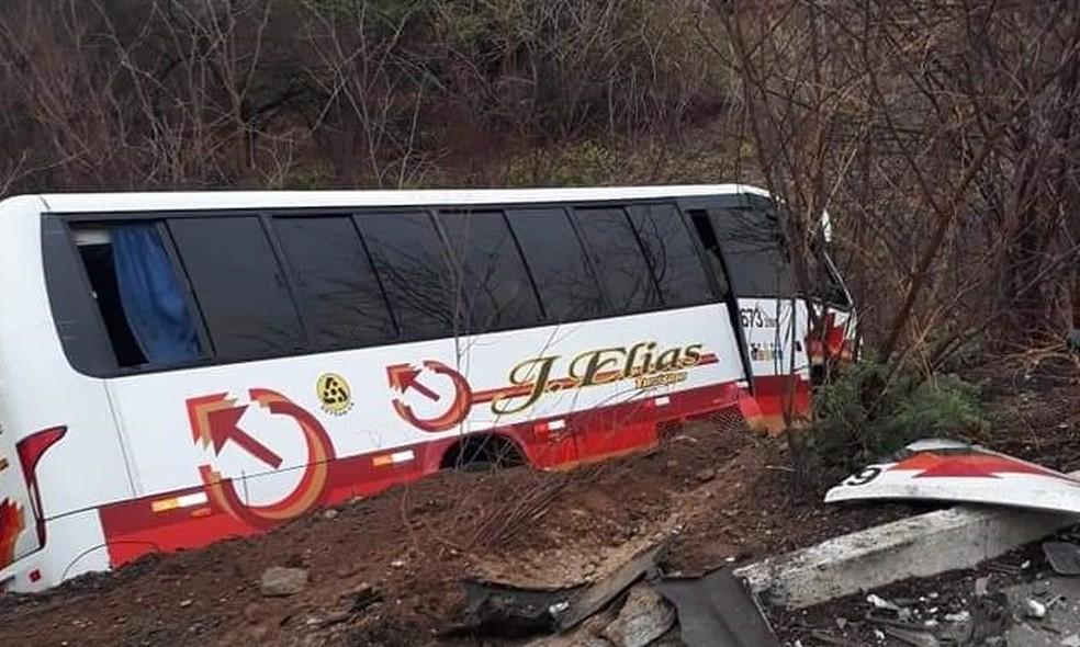 Com o impacto da batida, ônibus foi parar às margens da rodovia — Foto: Arquivo pessoal