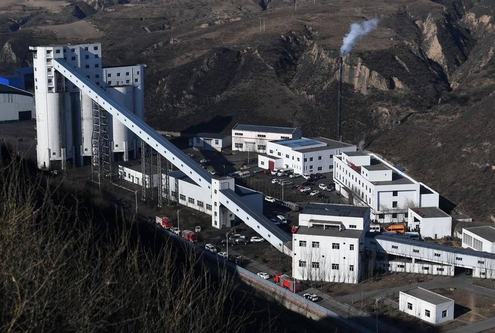Veículos de resgate se reúnem na mina após o acidente neste domingo (13) em Shaanxi, no norte da China  — Foto: Li Yibo/Xinhua via AP