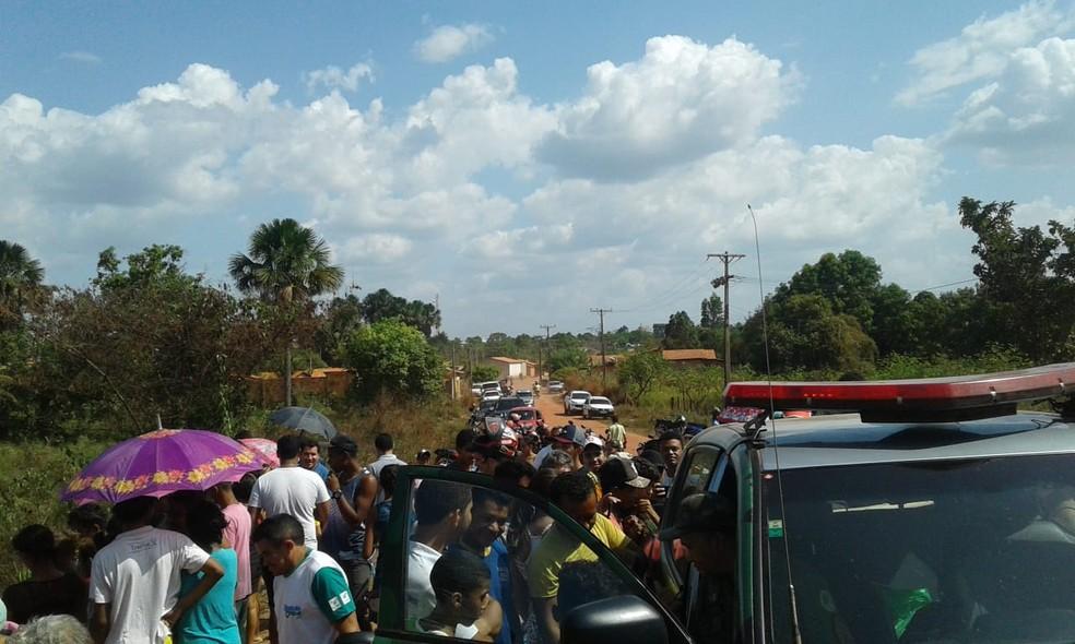 Moradores acompanharam a captura — Foto: Ronivon Gomes/Divulgação