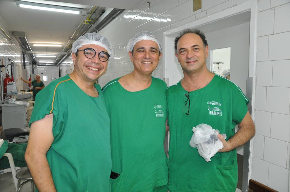 Os médicos Edson Lucena, Carlos Augusto e Herlânio Costa, do Complexo Hospitalar da UFC comemoraram o sucesso da cirurgia. — Foto: Divulgação/UFC