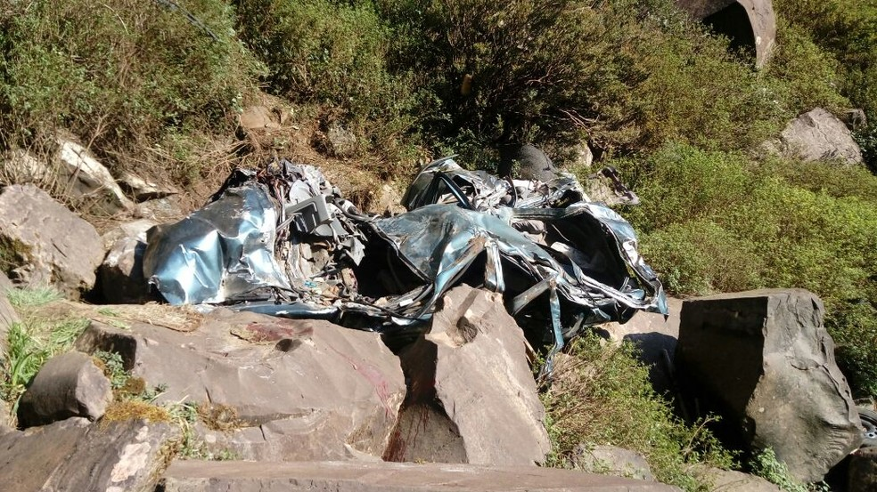 Carro ficou completamente destruído (Foto: Rádio Gralha Azul/Divulgação)