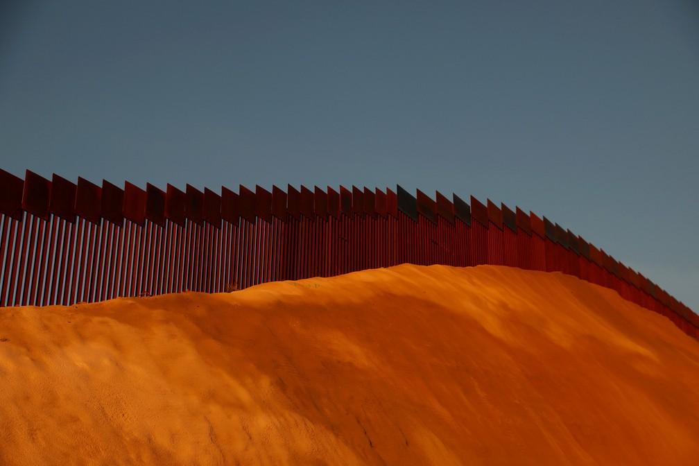 O muro na fronteira entre os EUA e o México é visto em Tijuana, no México — Foto: Shannon Stapleton/Reuters