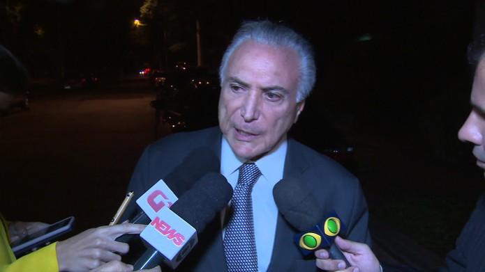 Temer durante entrevista na porta de casa nesta quarta (8) — Foto: Reprodução/TV Globo