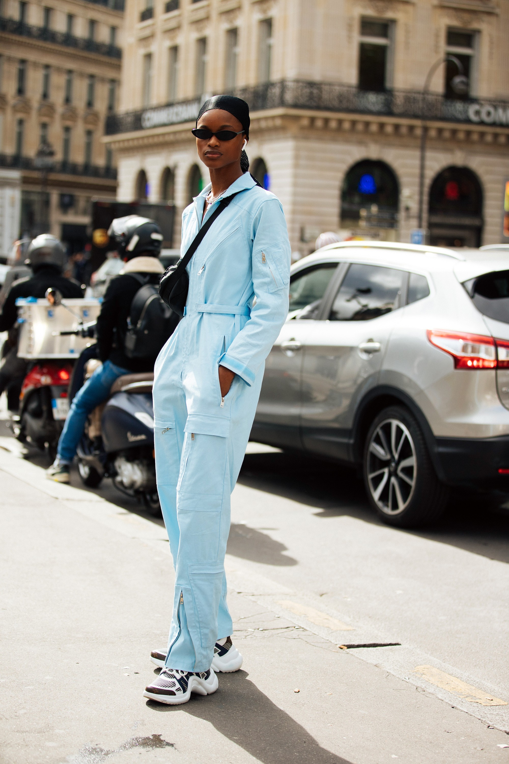 PARIS, FRANCE - SEPTEMBER 27: Model Mayowa Nicholas wears black skinny sunglasses, a black do-rag, baby blue jumpsuit, black bumbag, and white Louis Vuitton Archlight sneakers after the Balmain show during Paris Fashion Week Spring/Summer 2020 on Septembe (Foto: Getty Images)