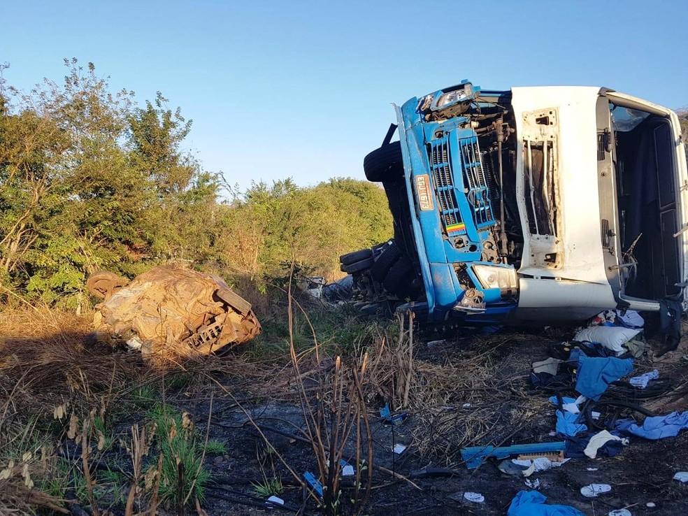 Caminhão seguia em alta velocidade e colidiu com cinco veículos  (Foto: Corpo de Bombeiros/Divulgação)