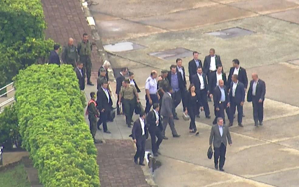 Bolsonaro embarca para Brasília após receber alta hospitalar nesta quarta (13) — Foto: Reprodução/TV Globo