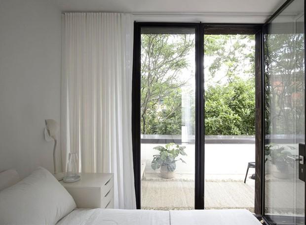 As portas também são janelas. Essa é uma forma de otimizar o uso do espaço e da iluminação (Foto: Indecora/ Reprodução)