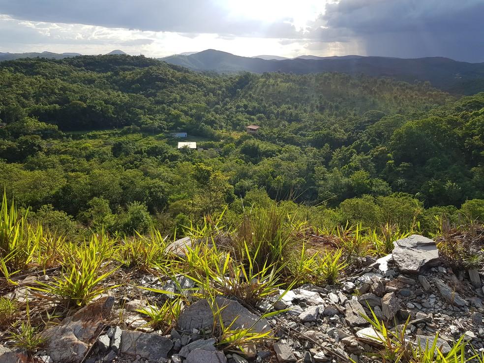 Casas de fazenda bem abaixo do dique da barragem abandonada da Mundo Mineração — Foto: Humberto Trajano/G1