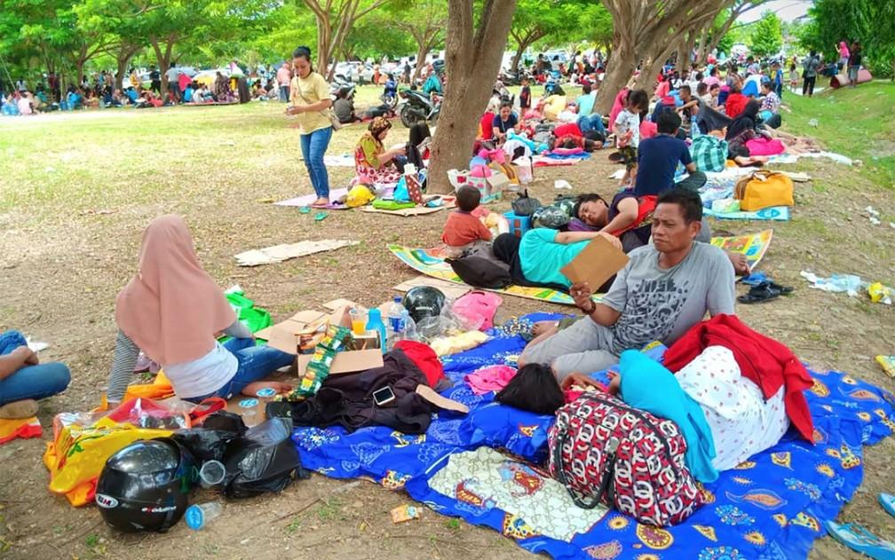 Indonésios procuram a segurança de um parque com medo de réplicas do terremoto de magnitude 7,5 que atingiu o país — Foto: Antara Foto / Rolex Malaha / via Reuters