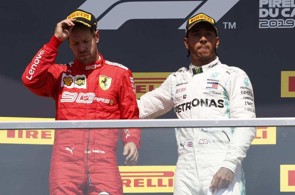 Hamilton chamou Vettel para o topo do pódio em Montreal — Foto: EFE
