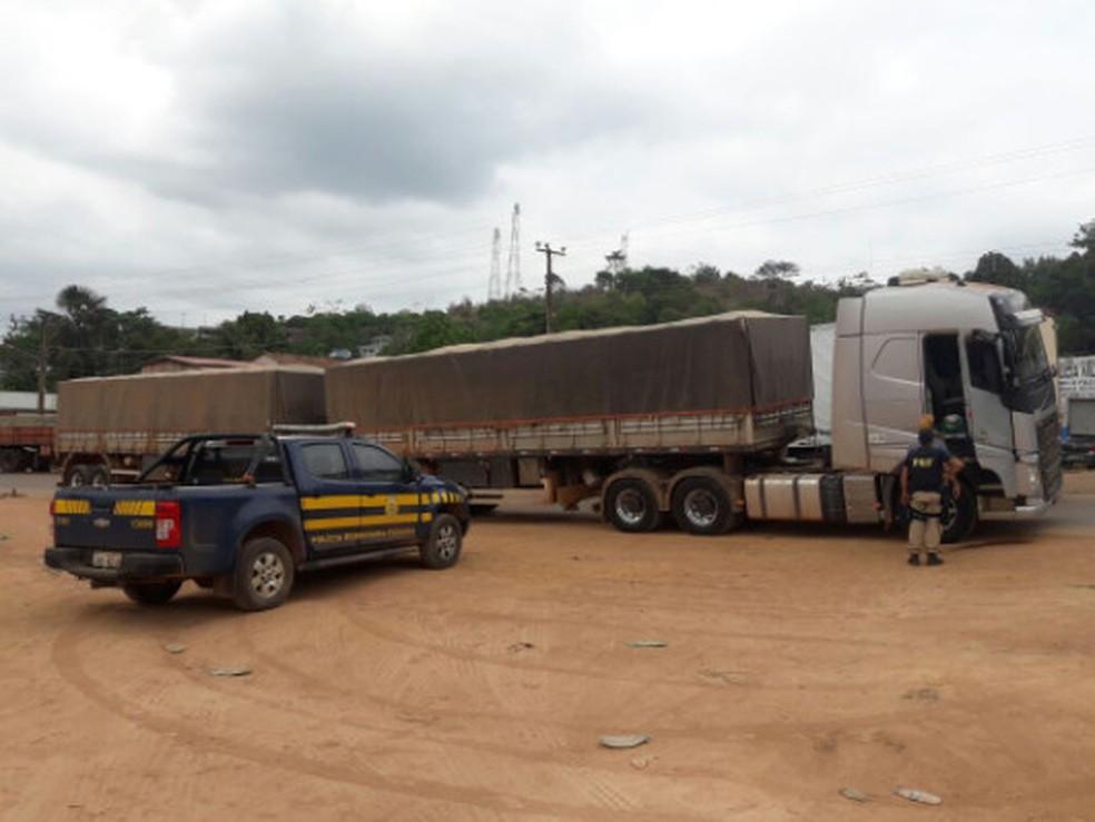 -  PRF apreende 70 metros cúbicos de madeira sem documentação em Vitória do Xingu  Foto: Divulgação / PRF