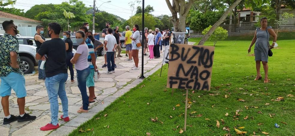 Representantes do comércio e turismo de Búzios protestam contra decisão que pede fechamento da cidade — Foto: Paulo Veiga/Inter TV RJ