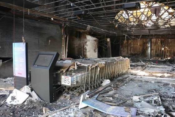 Parte da estrutura de shopping atacadista destruída por incêndio é demolida, em Maringá