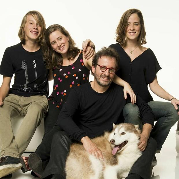 Karina Ramil com os irmãos e o pai, Kleiton, da dupla Kleiton & Kledir (Foto: Arquivo pessoal)